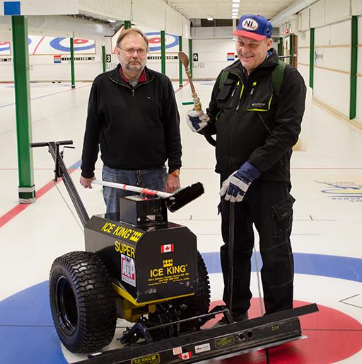 Leif Norberg och Erland Sjögren är ansvariga för att isen i curlinghallen håller högsta kvalitet. Foto © Anders Byström http://suzanders.se