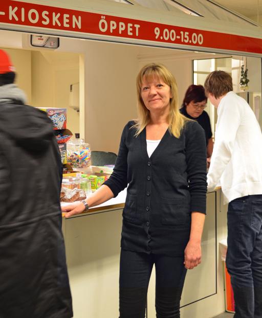 Åsa Edman är den 79:e IVK-aren som får ett månatligt lönekuvert. Åsas huvudsakliga uppgift är att leda och fördela arbetsuppgifterna i IVK-kiosken på Nolaskolan. I hennes arbetsuppgifter ingår också att vara ansvarig för inköp och produktion av matbröd, kakor mm. Foto © Anders Byström http://suzanders.se