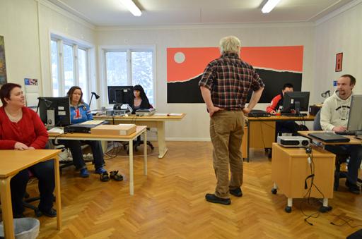 Claes-Göran Engström utbildar delar av digitaliseringsgruppen i bildhantering.