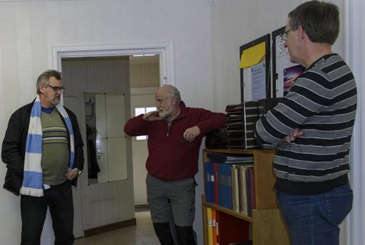 Pär Eriksson från Samordningsförbundet samtalar med PeO Moberg och arbetsledaren för digitaliseringen Lars Wiklund om IVK:s deltagande i Chansen projektet. Foto © Anders Byström http://suzanders.se