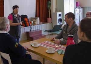 Monika Johansson informerar om Vårblommans olika verksamheter. Foto © Anders Byström http://suzanders.se