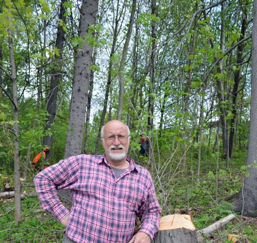 PeO i skogsbacken på Villagatan framför skogsarbetarna Anders och Anders. Foto © Anders Byström http://suzanders.se